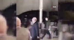 Kemal Kılıçdaroğlu'nun kameramanı havuza düştü